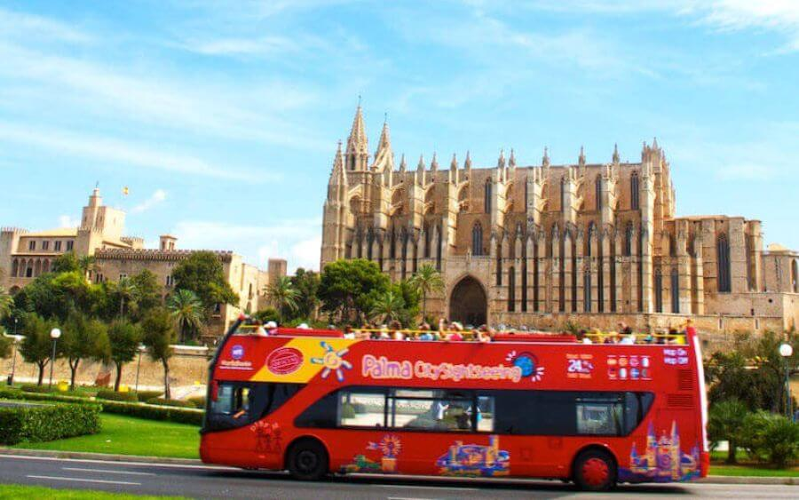 Discover Palma with the tourist bus during your holidays at the Hotel Saratoga