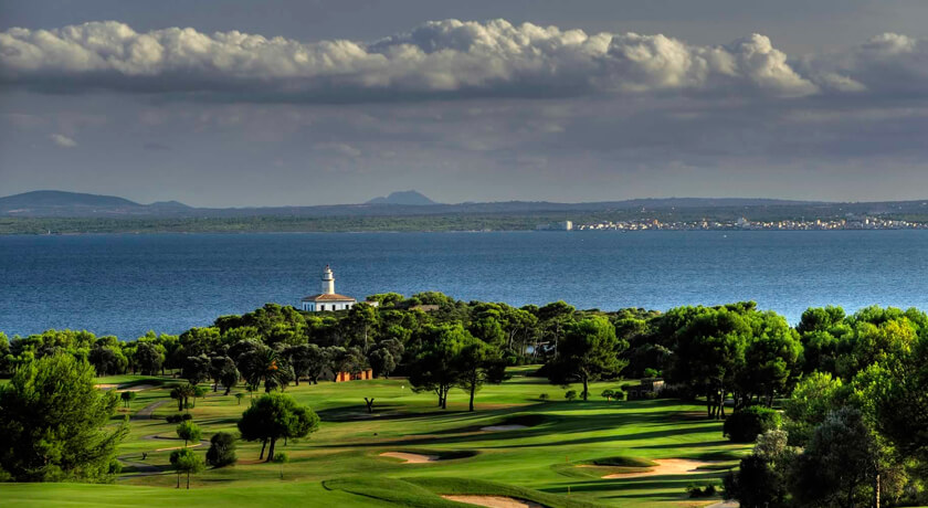 discover the Alcanada golf course during your stay at the Hotel saratoga in Palma