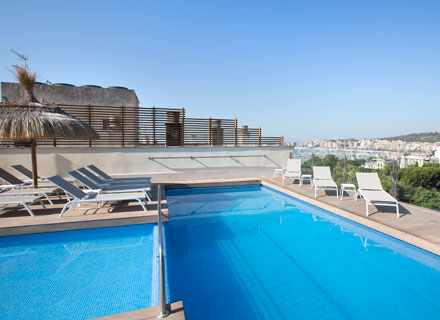 Enjoy your holidays in the pool of the roof top of the hotel saratoga in Palma de Mallorca