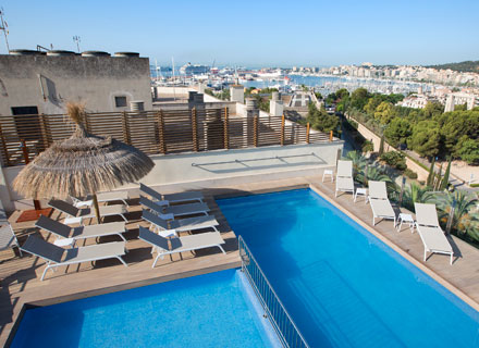 enjoy in the pools of the hotel saratoga in palma